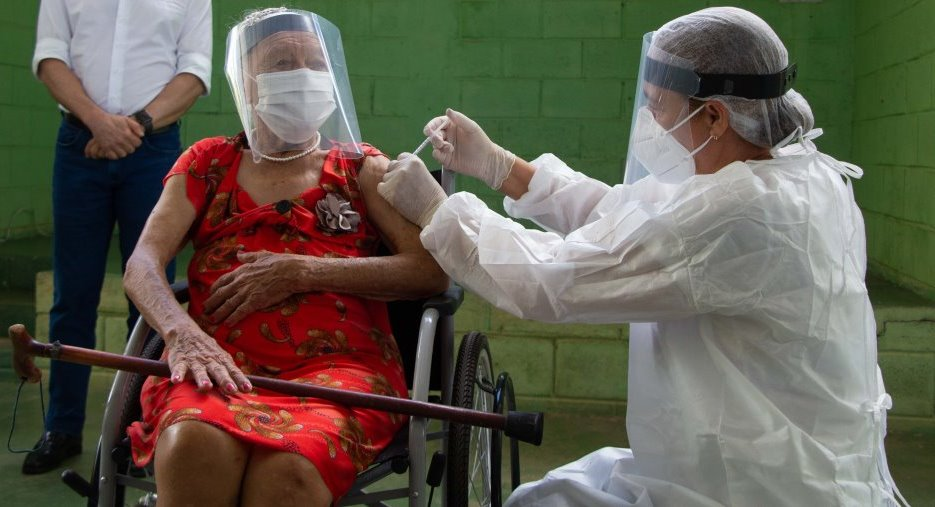 Vacinação em Minas e na PBH, adultos de 61 e 62 anos